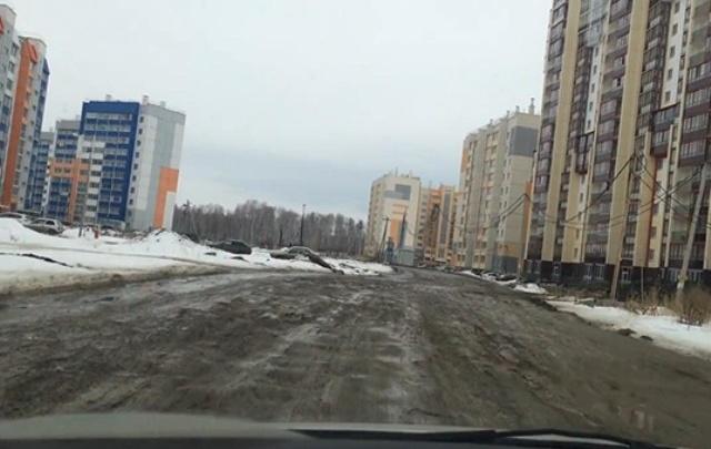 «Начинает подташнивать»: челябинец записал видеообращение к властям с разбитых улиц города