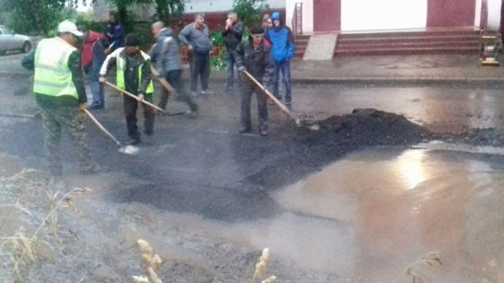 В Ярославле дорожники закидали асфальтом огромную лужу