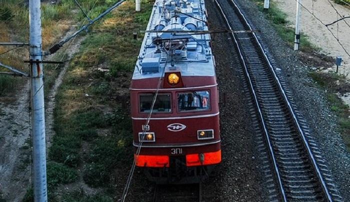 Двое погибли под колесами поезда в Ростовской области