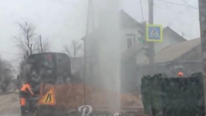 В Ростове из-за прорыва трубы забил коммунальный фонтан