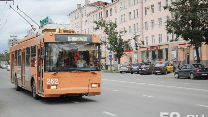 Выбирайте другой маршрут: у ЦУМа в Перми парализовано движение троллейбусов