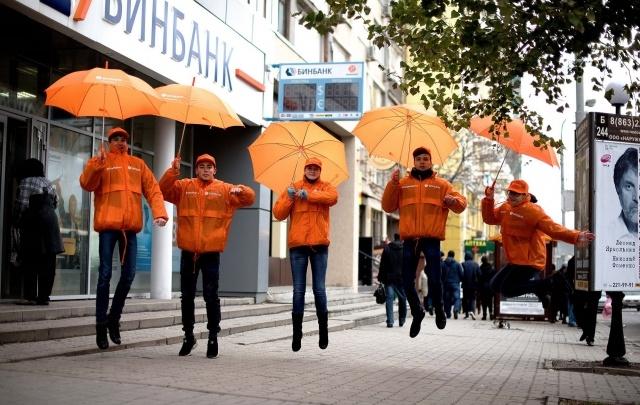 В честь дня рождения «Бинбанк» дарил прохожим зонты и угощал кофе