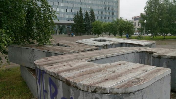 Вернут после ремонта: в центре Перми демонтировали скамейки «Власть»
