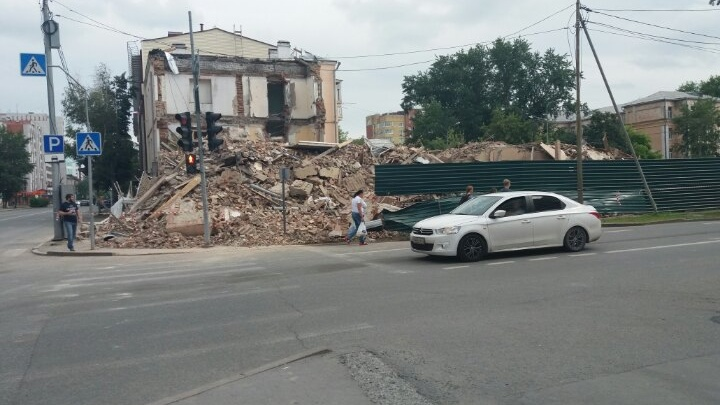 В Тюмени сносят аварийный дом с полувековой историей на Максима Горького