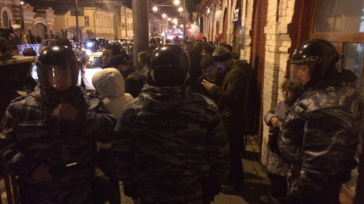 Трёх сторонников Навального наказали за шествие к отделу полиции
