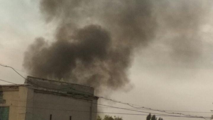 На строительном рынке на Тулака сгорел микроавтобус