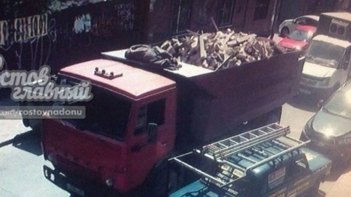 В Ростове водитель грузовика, «застрявшего» на Шаумяна, расчищал проезд и повредил «Ладу»