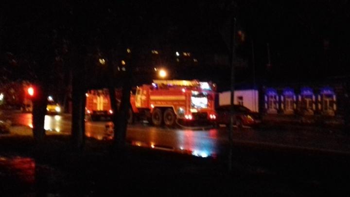 В Тюмени горящий дом тушили пять пожарных машин