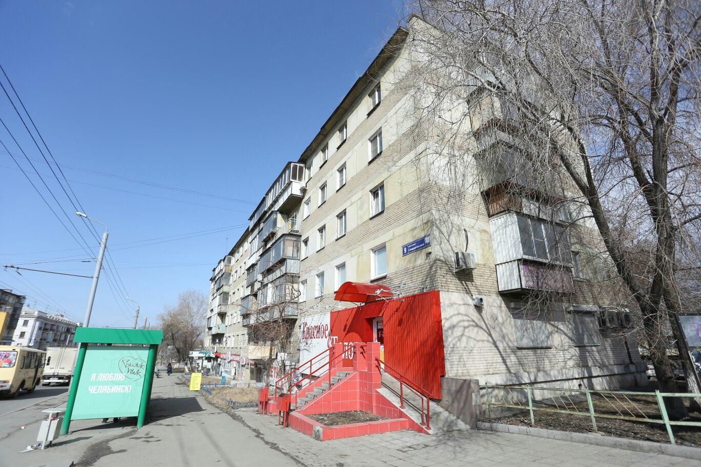 Часть стены дома на Свердловском проспекте, 9 занимает отделка магазина «Красное&Белое»