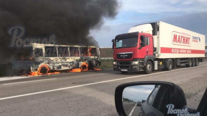 Автобус загорелся на трассе М-4 «Дон» в районе аэропорта Платов