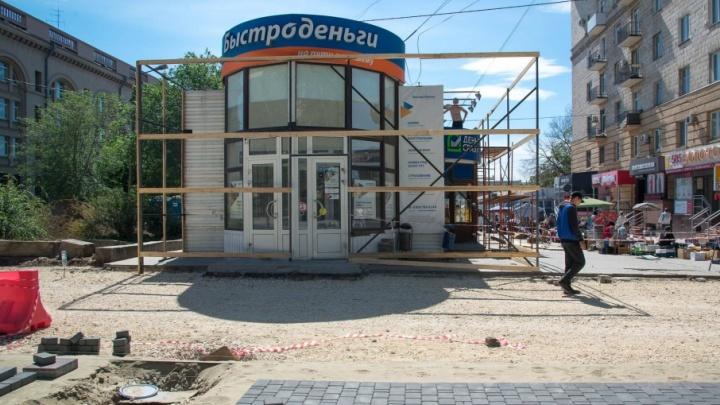 «Неубиваемые» павильоны рядом с Центральным рынком в Волгограде затянули в леса