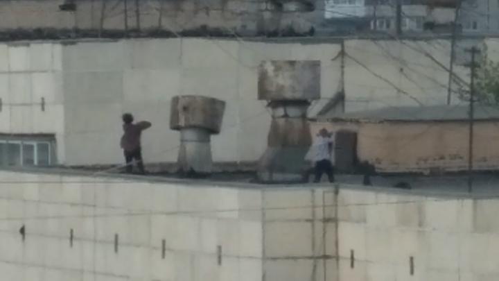 Девочки-подростки устроили догонялки на крыше многоэтажки в Челябинске