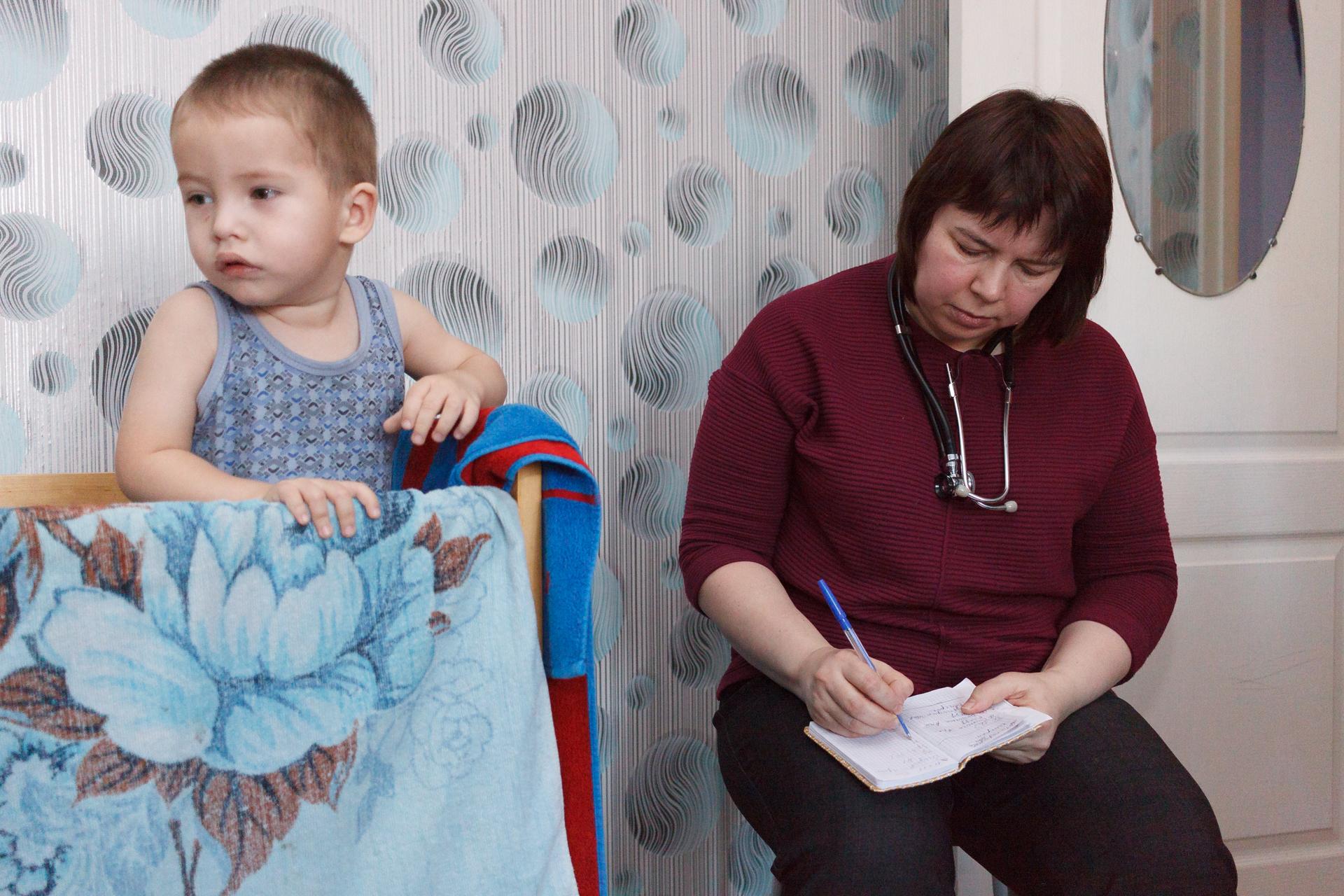 К семье приходит педиатр и невролог Елена Суханова