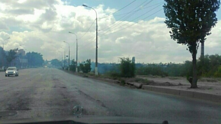 В Ворошиловском районе Волгограда разгорается пожар в пойме реки Царицы