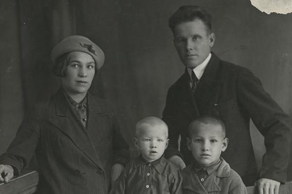 Братья Михаил и Борис Ельцины с родителями 10 октября 1939 г.