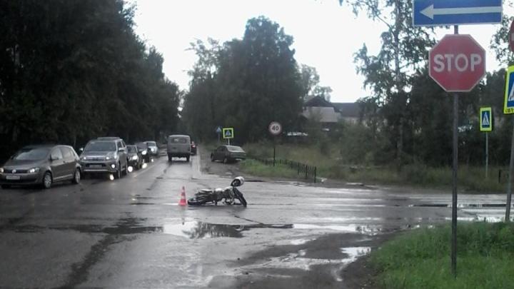 В Вельске водитель на «Рено» сбил 16-летнего мотоциклиста