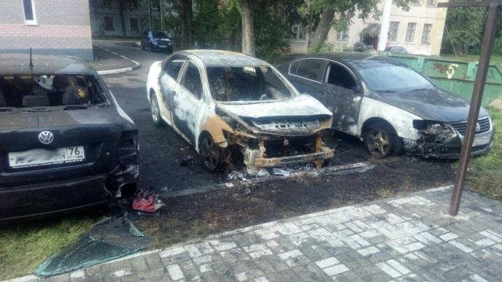 Ночью в ярославских дворах сгорели сразу четыре легковушки