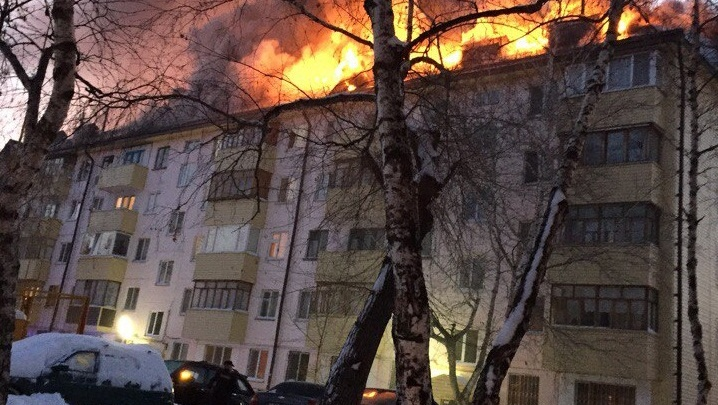 На улице Парфенова загорелась крыша пятиэтажки: из здания эвакуировали жителей