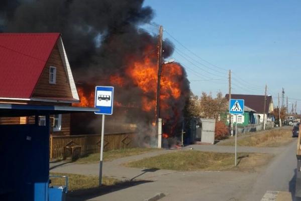 Сообщение о возгорании в бане, которая находилась под одной крышей с гаражом и была присоединена к жилому дому, поступило в 13:17