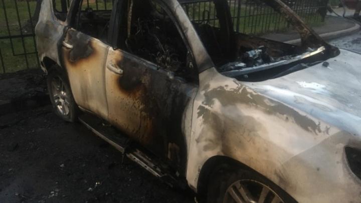 Полыхали в пламени: сегодня ночью в Ярославской области сгорели три иномарки