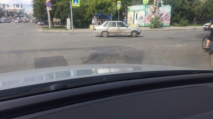 «У меня чуть пассажиры не выпали»: челябинцы жалуются на поломку авто из-за глубокой ямы