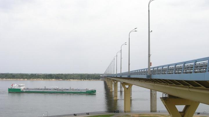Приставы и госавтоинспекторы ловят волгоградских водителей на «танцующем» мосту