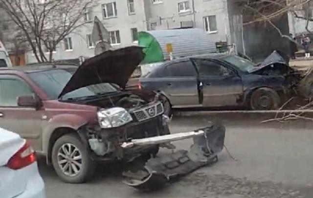 Тюменец на Opel, объезжая пробку по встречке, устроил ДТП и врезался в дерево
