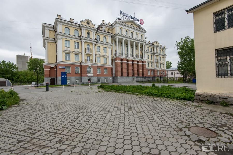 Здание банка похоже на настоящий замок.