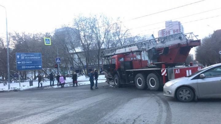 Перед мостом на Профсоюзной пожарная машина въехала в «Газель»