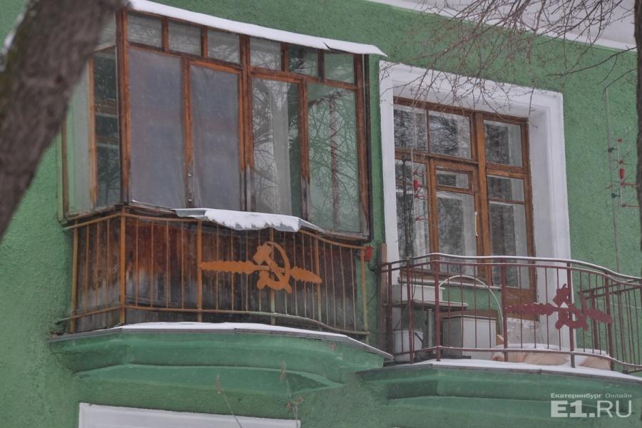 Вдоль Краснофлотцев идут дома с балкончиками в советском духе – на решётках висит символ рабочих – серп и молот