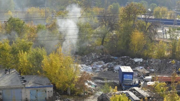 В Самаре возле станции Мирная на незаконной свалке сжигают мусор
