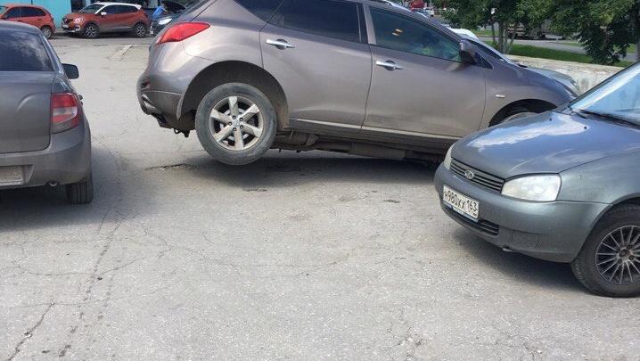 Около ТЦ «Айсберг» иномарка провалилась колесом под асфальт