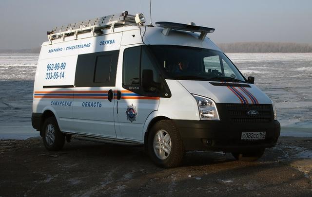 В Самарской области спасатели 2 км несли на носилках рыбака, сломавшего ногу на Усе