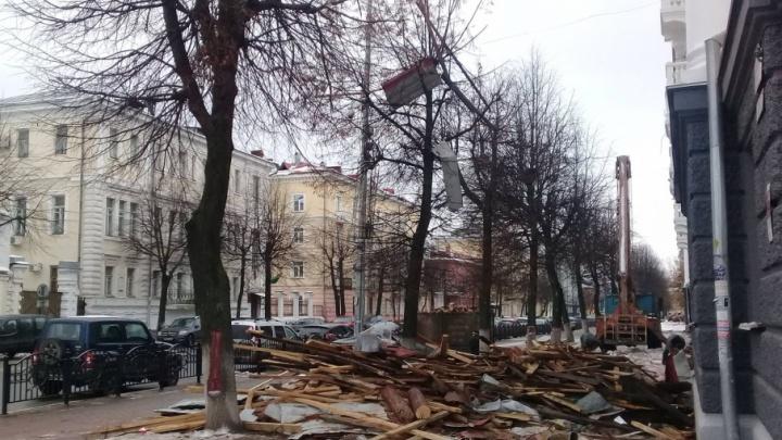 Ну и бардак! Рабочие забросали мусором тротуары и кроны деревьев в центре Ярославля