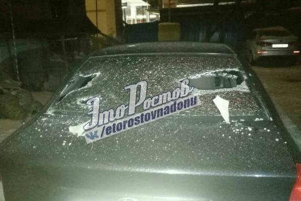 Куски шифера разбили стекло на машине