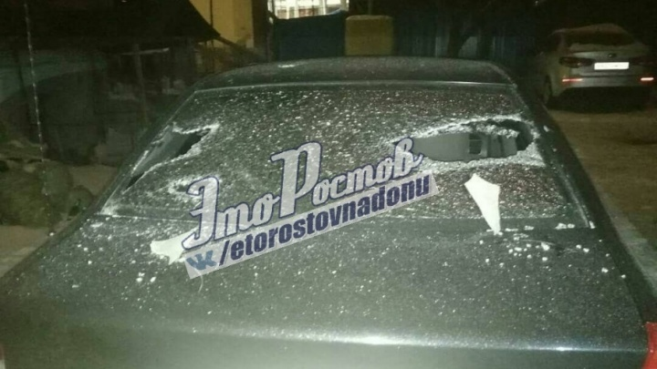 В Ростове куски шифера с крыши рухнули на машины