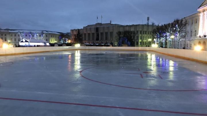 С понедельника на Советской площади начнут устанавливать каток