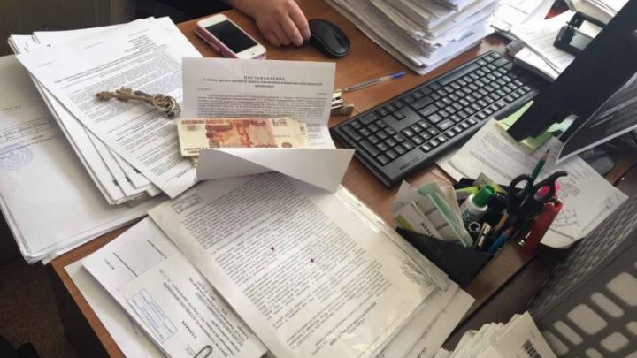 МВД: в Тольятти судебный пристав вымогала у мужчины 300 тысяч рублей за «билет» за границу