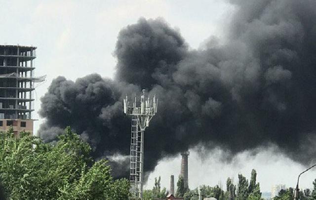 Промышленное здание загорелось в Ворошиловском районе Ростова