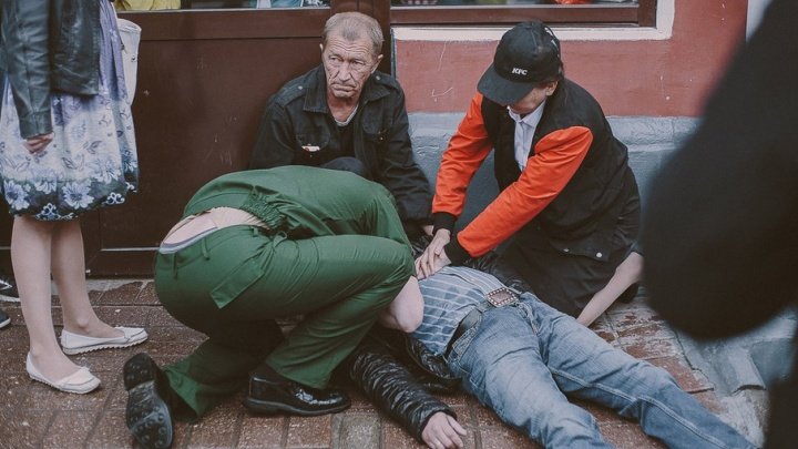 Врачи скорой нашли шприц у мужчины, которого откачивали у KFC