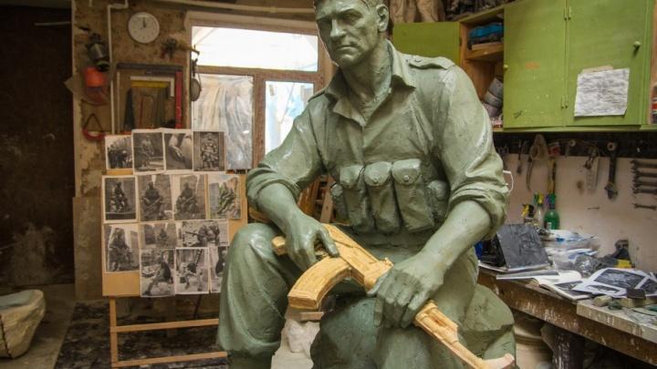 К столетнему юбилею: штаб Южного военного округа будут охранять четверо бетонных воинов