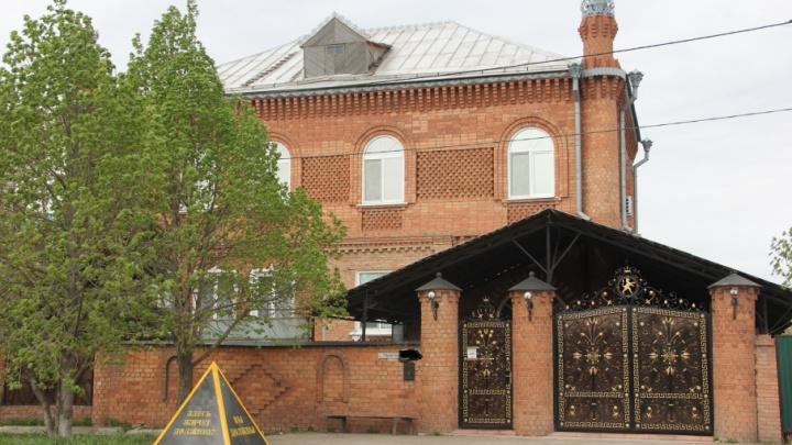 Самарский памятник должнику за услуги ЖКХ перевезли к особняку с позолоченными воротами