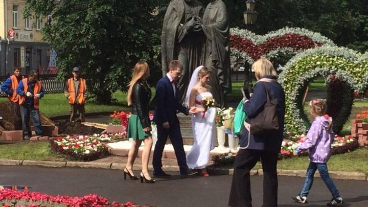 День семьи, любви и верности: рабочие испортили фото ярославцам