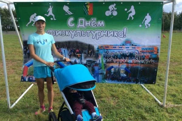 Олеся побежит марафон вместе с ребенком, находящимся в специальной беговой коляске