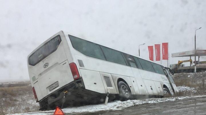 На южноуральской трассе пассажирский автобус слетел в кювет