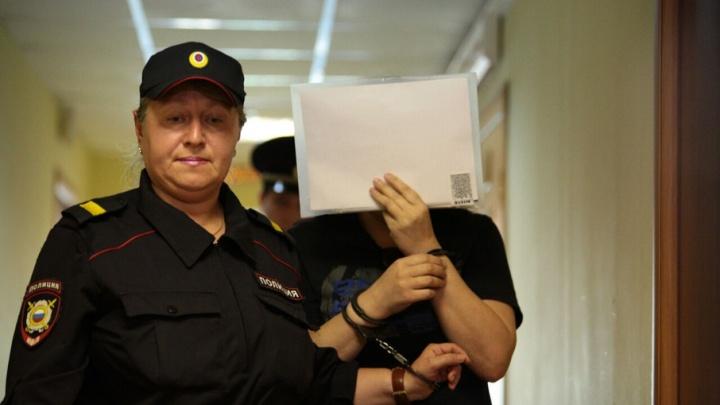 Розы для подсудимой: учитель челябинской гимназии торговала спайсом больше года