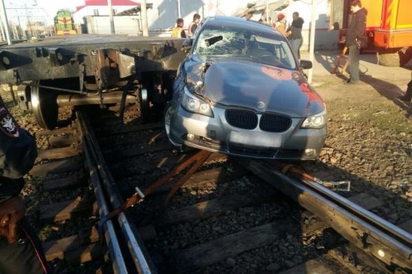 После столкновения и автомобиль, и вагон получили повреждения