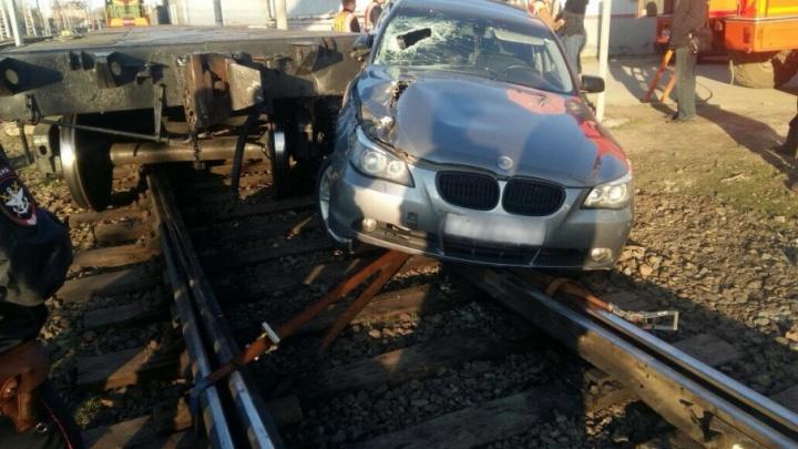 Не заметил: водитель BMW в Ростове протаранил вагон-платформу