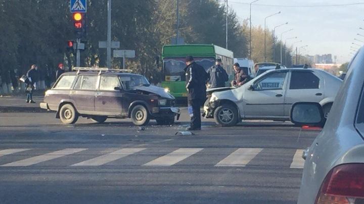 В Зареке в лобовую столкнулись «Жигули» и Renault