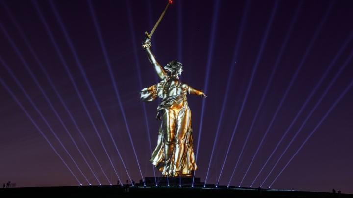 В оковах и золотом платье: фигура «Родины-матери» увидела «Свет Великой Победы»